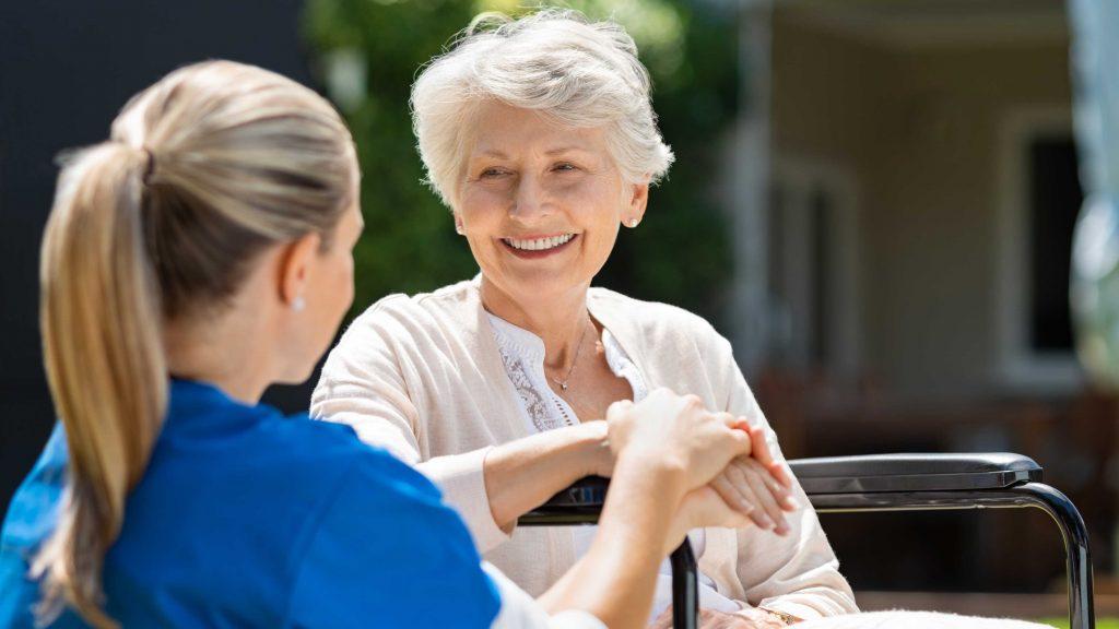 Ältere Dame und Pflegerin Pflegeheim