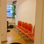 Blick durch Tür ins Wartezimmer Hausarzt Haidhausen