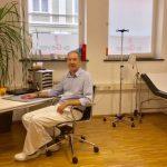 Herr Doktor Geyer am Schreibtisch Hausarzt München