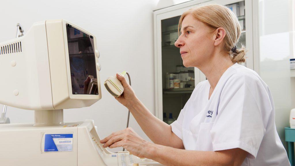 Dr. med. Karin Geyer am Ultraschallgerät