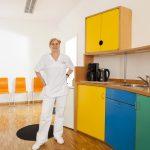 Dr. med. Karin Geyer in der Praxisküche