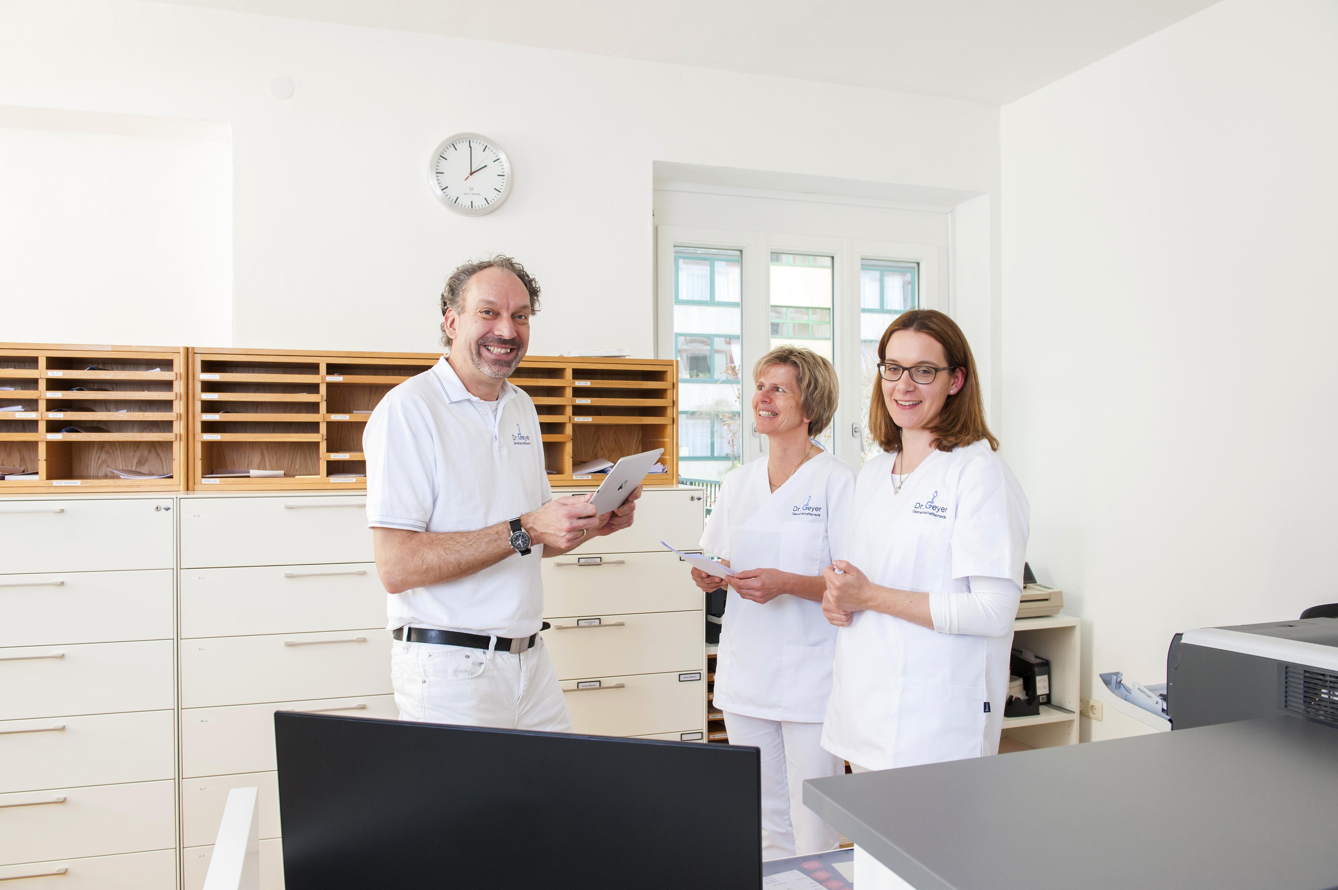 Herr Dr. Geyer mit Frau Thiel und Frau Houlihan